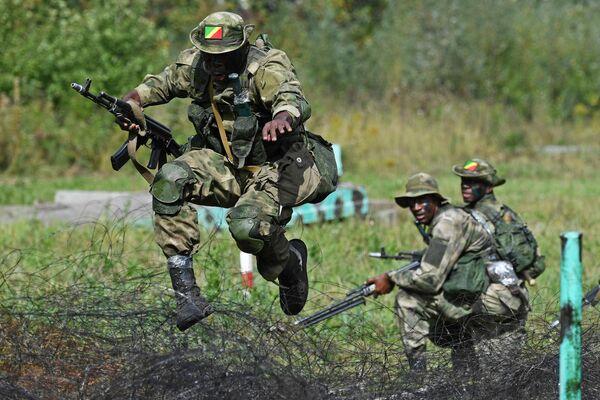Военнослужащие вооруженных сил Республики Конго во время прохождения этапа Тропа разведчика в рамках Армейских международных игр АрМИ-2020