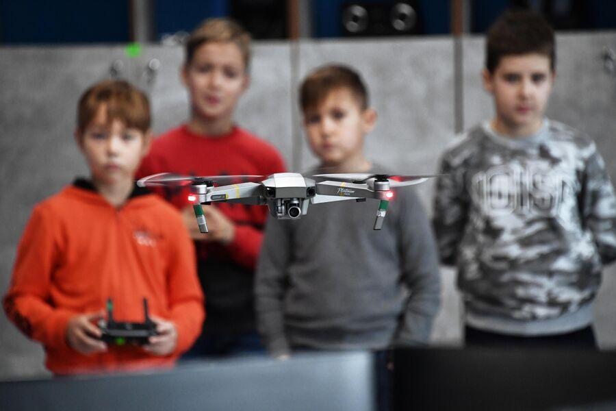 Посетители детского технопарка Кванториум в Севастополе управляют квадрокоптером