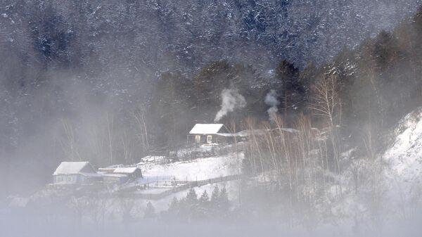 Дом на берегу реки Енисей в таежной местности