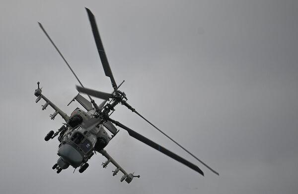Ударный вертолет Ка-52 Аллигатор выполняет демонстрационный полет в рамках Международного форума Армия-2020 на аэродроме Кубинка в Подмосковье