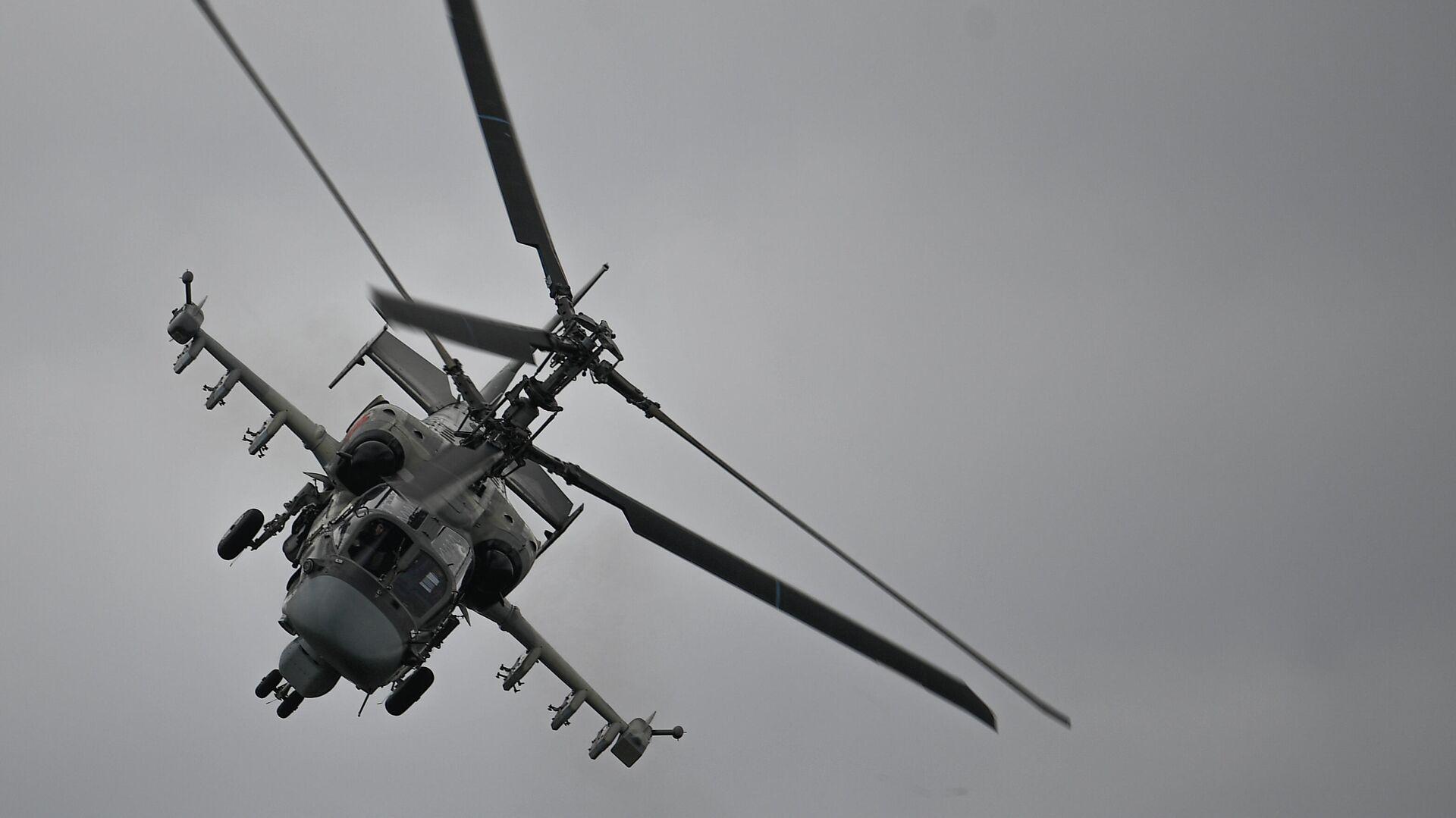 Ударный вертолет Ка-52 Аллигатор выполняет демонстрационный полет в рамках Международного форума Армия-2020 на аэродроме Кубинка в Подмосковье - РИА Новости, 1920, 19.05.2021