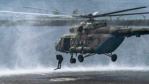Военнослужащие десантируются из вертолета Ми-8 в ходе демонстрационной программы военной техники в рамках Международного форума Армия-2020 в водном кластере на полигоне Алабино в Подмосковье