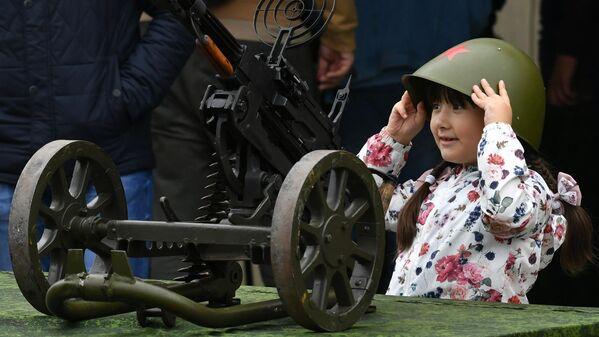 Юная посетительница у зенитного пулемета ДШК на выставке вооружений Международного военно-технического форума (МВТФ) Армия-2020 в военно-патриотическом парке Патриот