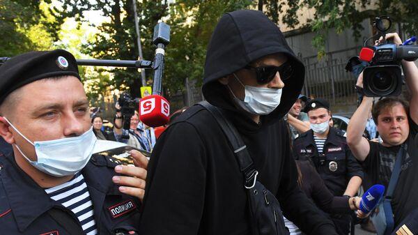 Свидетель Андрей Гаев у здания Пресненского суда Москвы