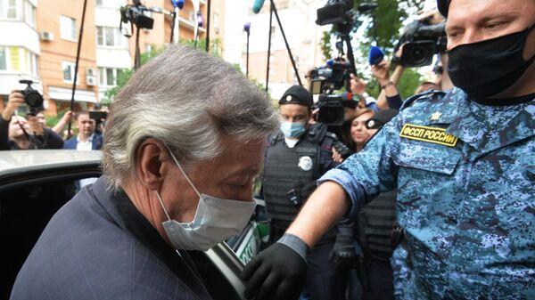 Актер Михаил Ефремов выходит из автомобиля у здания Пресненского суда города Москвы перед началом заседания по делу о ДТП со смертельным исходом