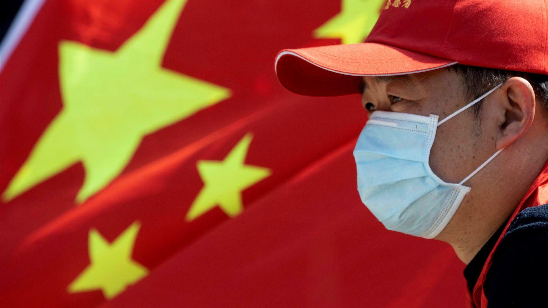 Мужчина на фоне флага Китая - РИА Новости, 1920, 22.10.2020