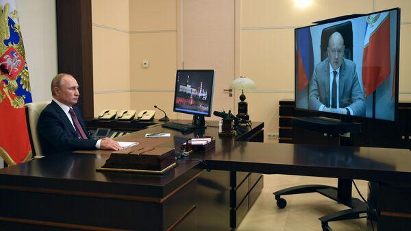 Президент РФ Владимир Путин во время встречи в режиме видеоконференции с временно исполняющий обязанности губернатора Севастополя Михаилом Развожаевым