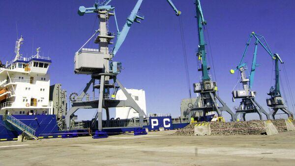 На территории универсального перегрузочного комплекса в морском торговом порту Усть-Луга.