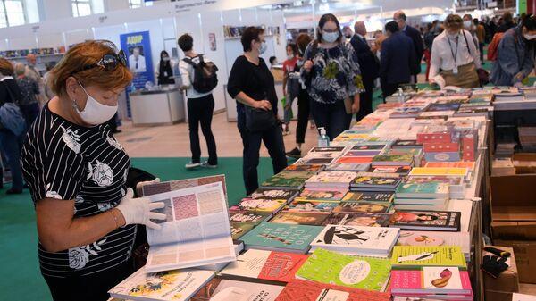 Посетители на 33-й Московской международной книжной выставке-ярмарке в Москве