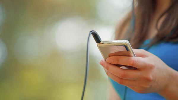 Девушка слушает музыку на iPod