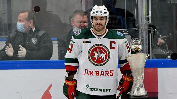 Игрок Ак Барса Джастин Азеведу на церемонии награждения победителей матча открытия чемпионата Континентальной хоккейной лиги
