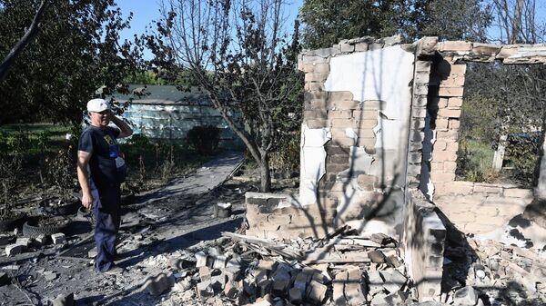 Местный житель около разрушенного дома в результате пожара в Ростовской области
