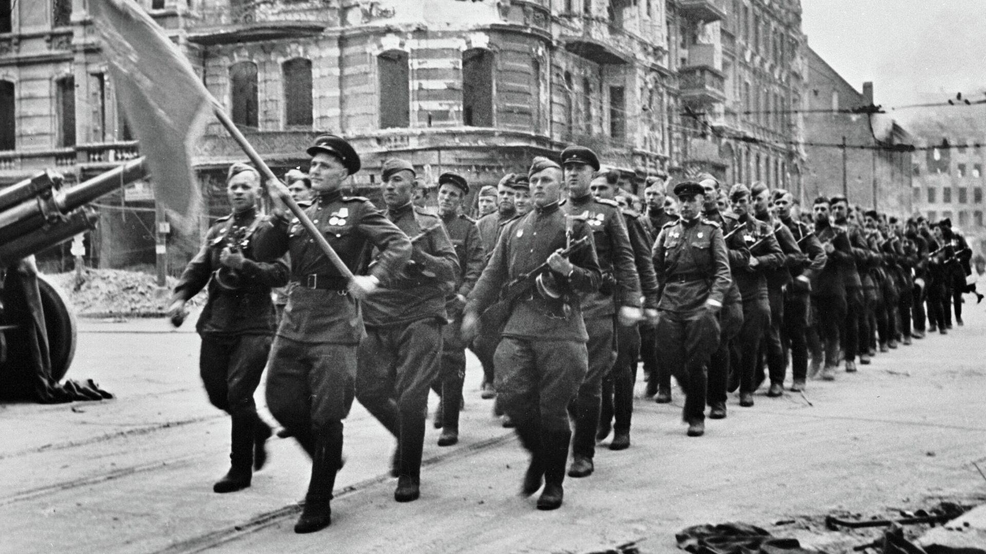 Колонна советских воинов марширует по берлинским улицам, 7 сентября 1945 - РИА Новости, 1920, 04.05.2021