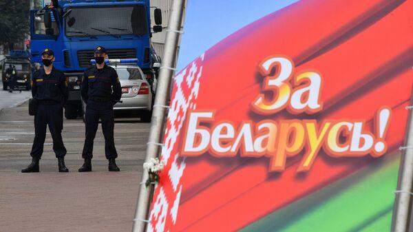 Сотрудники правоохранительных органов у площади Независимости в Минске, где проходит акция протеста
