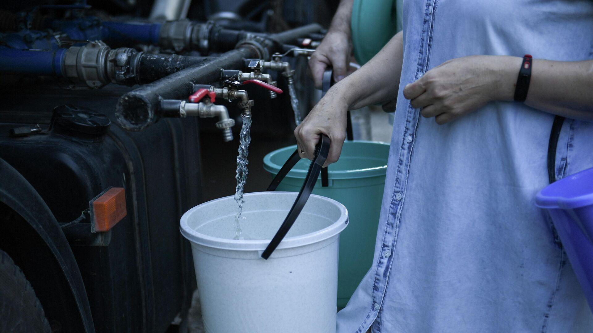 Жители Cимферополя набирают в емкости питьевую воду, привезенную в цистернах - РИА Новости, 1920, 15.09.2020
