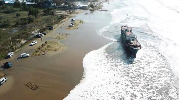 Судно, выброшенное на берег в результате тайфуна Майсак. Стоп-кадр видео