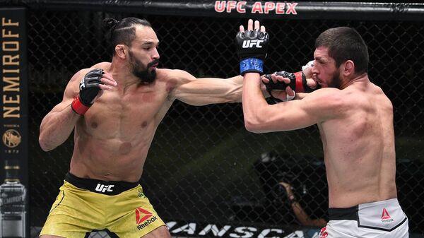 Мичел Перейра (слева) в бою с Зелимом Имадаевым