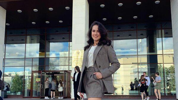 Алина Загитова на фоне Российской академии народного хозяйства и государственной службы.