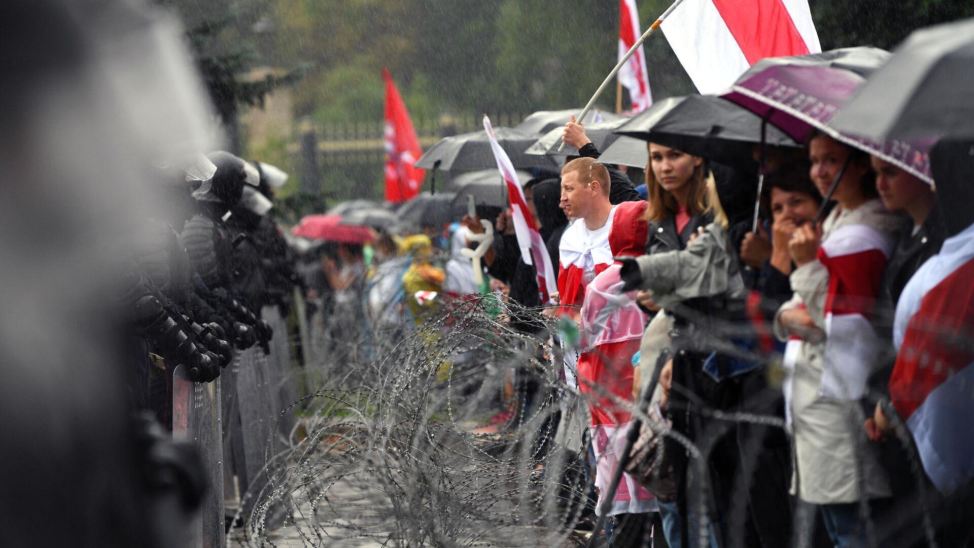 Участники несанкционированной акции оппозиции Марш единства и сотрудники милиции на одной из улиц в Минске - РИА Новости, 1920, 15.09.2020