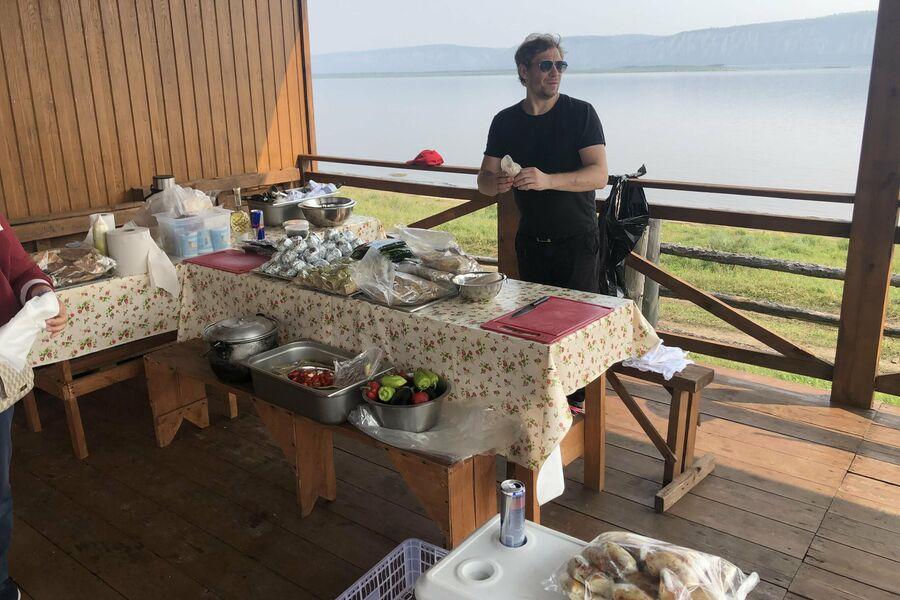 Шеф-повар якутского ресторана русской кухни Евгений Альфан приготовил настоящую якутскую уху на берегу Лены