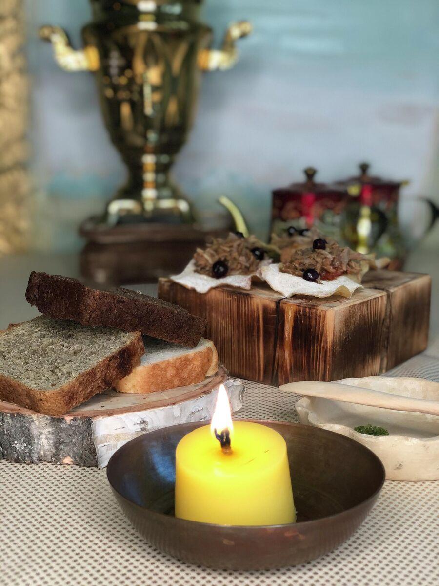 Так подают свечу из топленого масла и хлебную тарелку