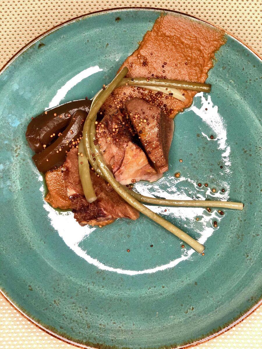 Томленый 12 часов в русской печи говяжий язык, с черными солеными огурцами, томленой черемшой и семенами белой горчицы