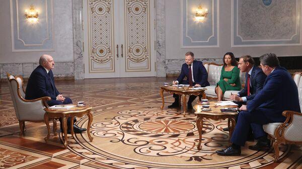 Президент Белоруссии Александр Лукашенко во время интервью российским журналистам во Дворце независимости в Минске