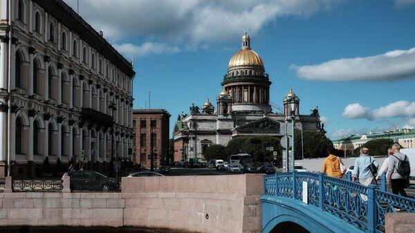 Синий мост и Исаакиевский собор через реку Мойку в Санкт-Петербурге