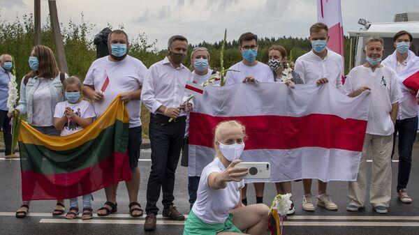 Участники акции в Литве в знак солидарности с протестами в Белоруссии