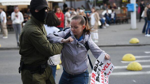 Задержание участницы акции в поддержку члена президиума Координационного совета белорусской оппозиции Марии Колесниковой
