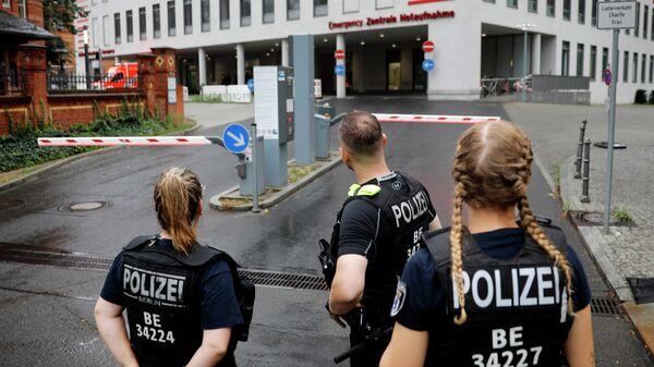 Полицейские у клиники Шарите в Берлине