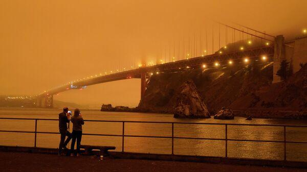 Мост Золотые Ворота в дыму от калифорнийских лесных пожаров в Сан-Франциско, Калифорния, США