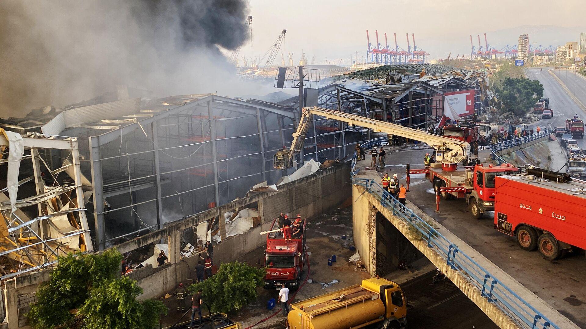 Пожарные во время тушения пожара на территории порта в Бейруте - РИА Новости, 1920, 10.02.2021