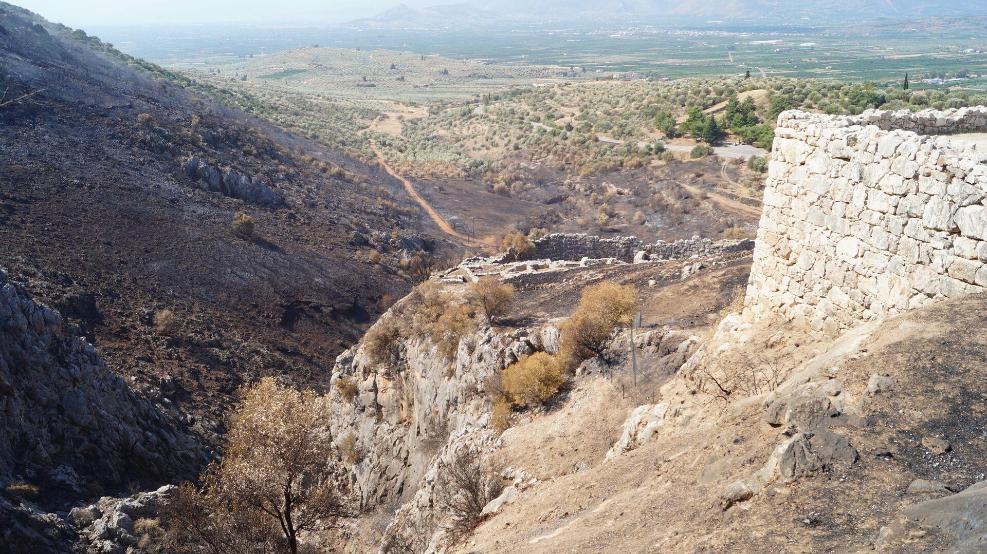 Последствия пожара на греческом полуострове Пелопоннес, на территории руин города Микены - РИА Новости, 1920, 21.06.2021