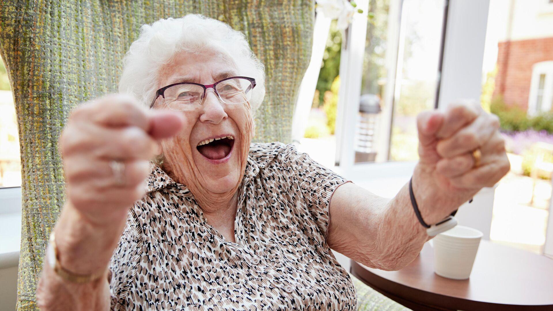 Пожилая женщина радуется  - РИА Новости, 1920, 16.09.2020