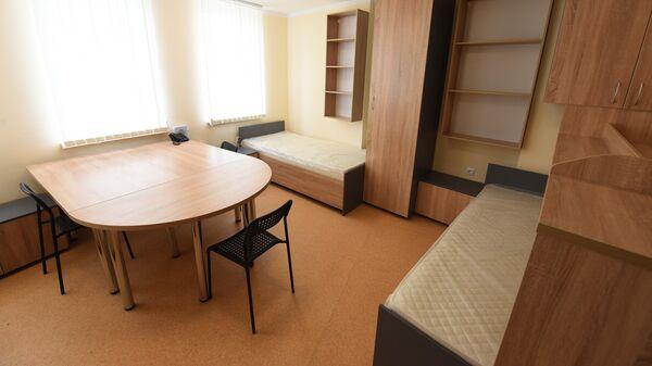 На каждом жилом этаже общежития находятся квартиры на трех проживающих – с кухней, ванной комнатой, санузлом, мебелью и всем необходимым бытовым оборудованием