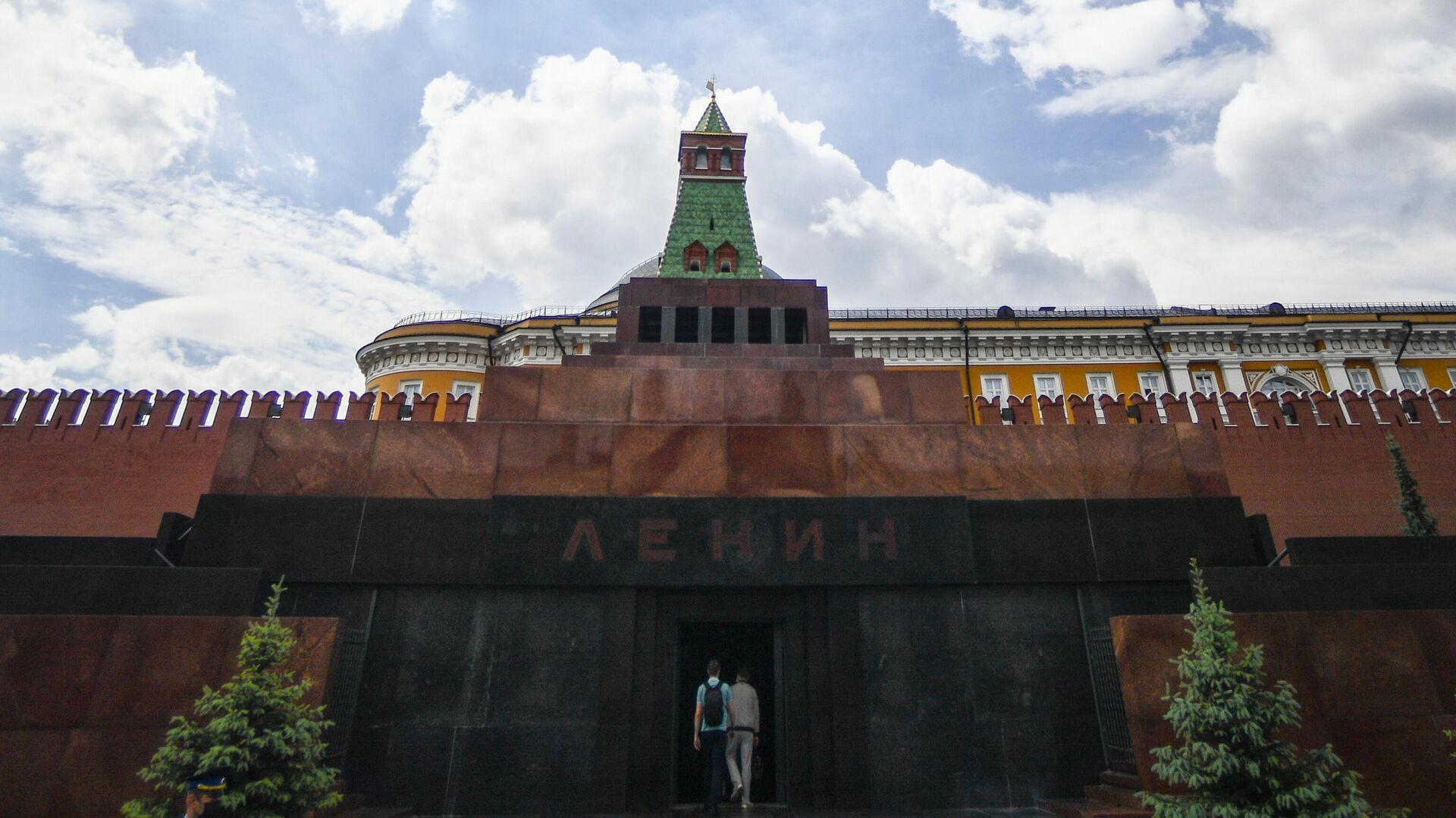 Посетители заходят в Мавзолей В. И. Ленина на Красной площади в Москве - РИА Новости, 1920, 12.09.2020