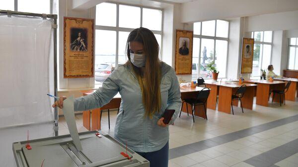 Женщине голосует на выборах губернатора Архангельской области на избирательном участке №66 в Архангельске