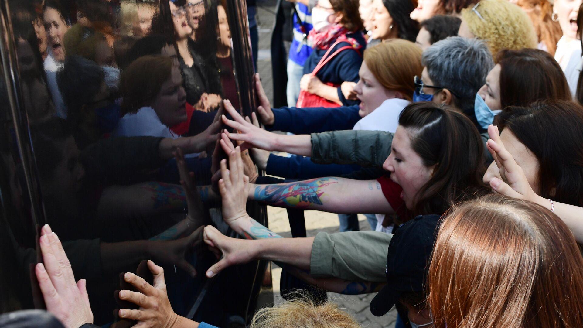 Участницы женского марша Подруга за подругу на площади Свободы в Минске - РИА Новости, 1920, 13.09.2020