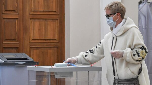 Женщина на выборах губернатора Архангельской области на избирательном участке №65 в Архангельске