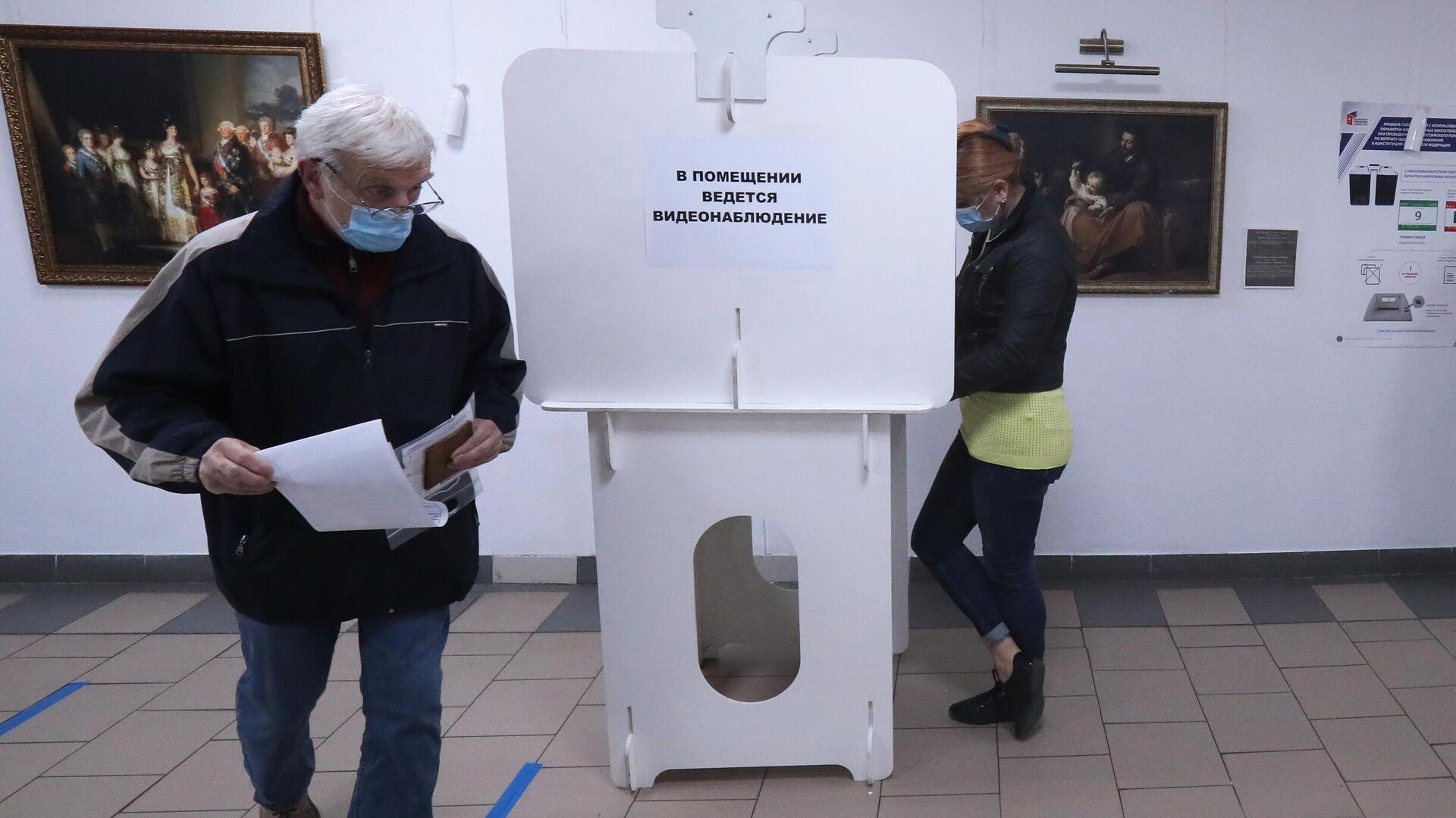 Избиратели голосуют в единый день голосования в Москве - РИА Новости, 1920, 13.09.2020