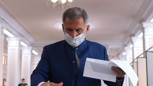 Действующий президент Республики Татарстан Рустам Минниханов во время голосования на избирательном участке №42 в Казани
