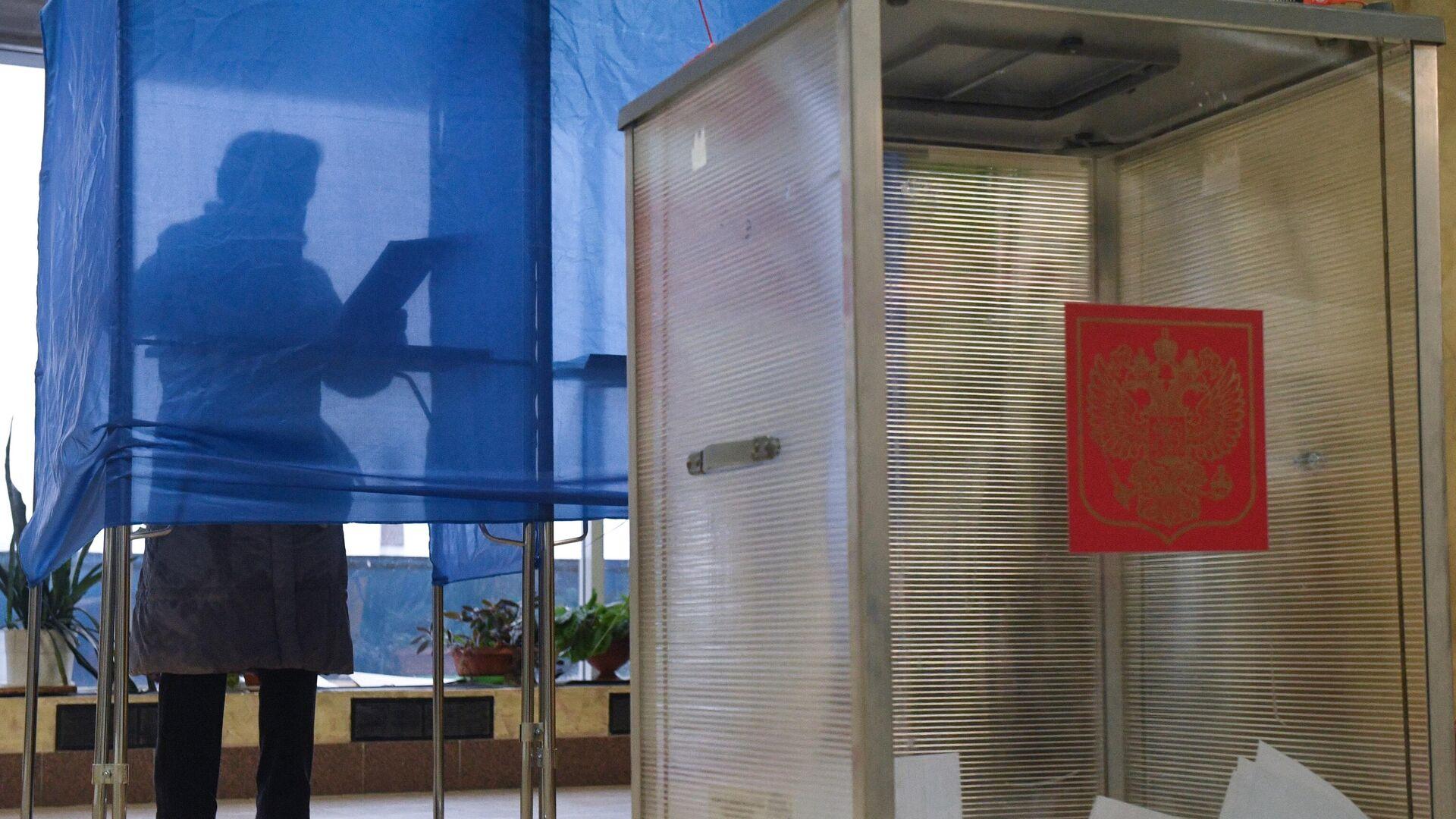 Женщина голосует на избирательном участке в Иркутске на выборах губернатора Иркутской области - РИА Новости, 1920, 14.09.2020