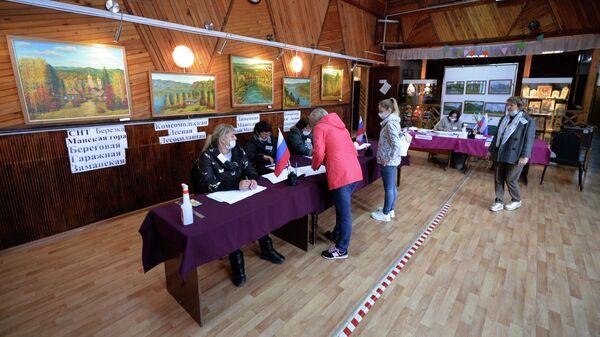 Люди участвуют в голосовании на выборах в местные органы власти в Красноярском крае