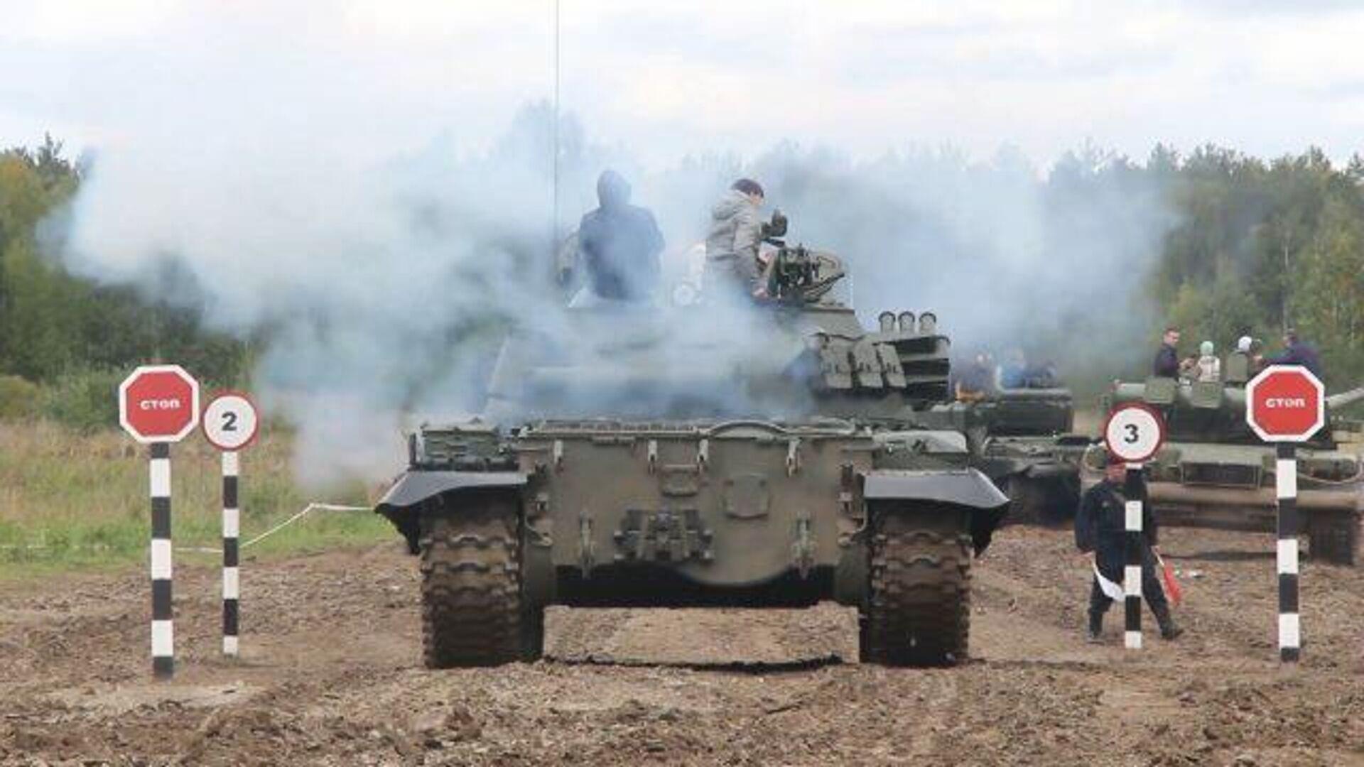 Полет трех сорокатонных танков: в Свердловской области отметили День танкиста - РИА Новости, 1920, 13.09.2020