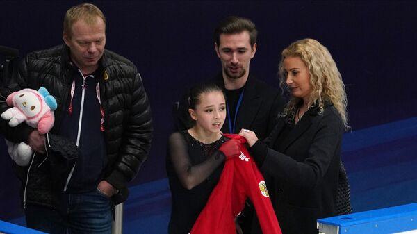 Камила Валиева и Этери Тутберидзе (слева направо на первом плане)