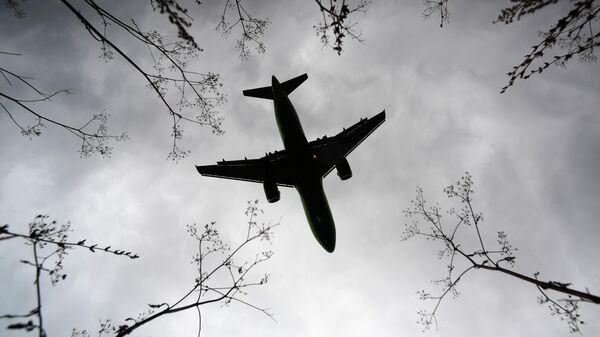 Самолет пролетает над Международным аэропортом Казани имени Габдуллы Тукая