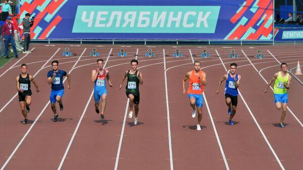 Спортсмены в забеге на 400 метров с барьерами на чемпионате России