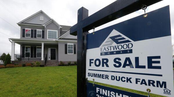 Табличка с объявлением о продаже дома в штате Вирджиния, США