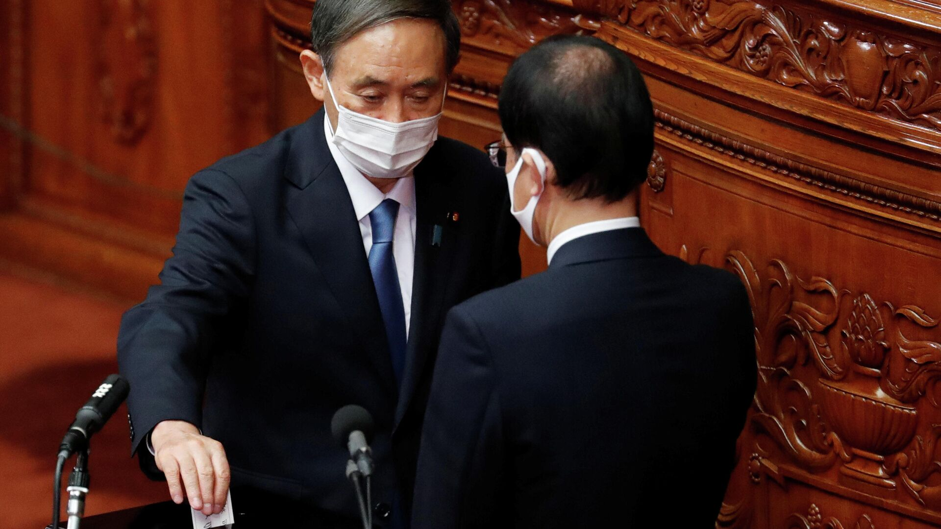 Главный секретарь кабинета министров Японии Ёсихидэ Суга голосует за избрание нового премьер-министра в нижней палате парламента в Токио, Япония - РИА Новости, 1920, 16.09.2020